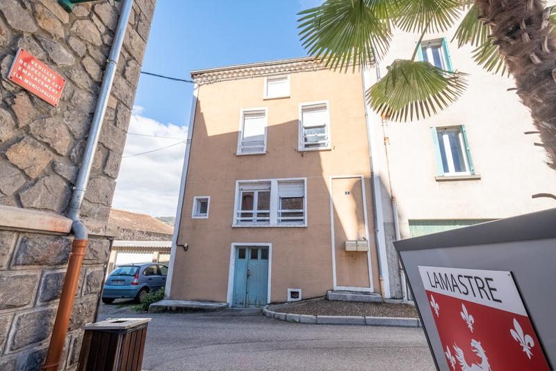 IMMEUBLE DE 200 M², 1 appartement,  1 studio et un plateau. Lamastre 07